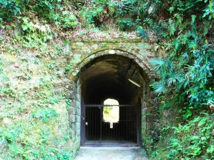 佐輔トンネル出口のちいさなトンネル
