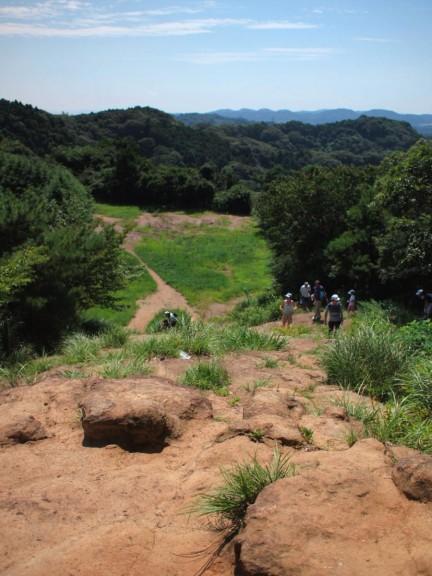 平坦な道に突如として巨大な岩?というか山が現れます。